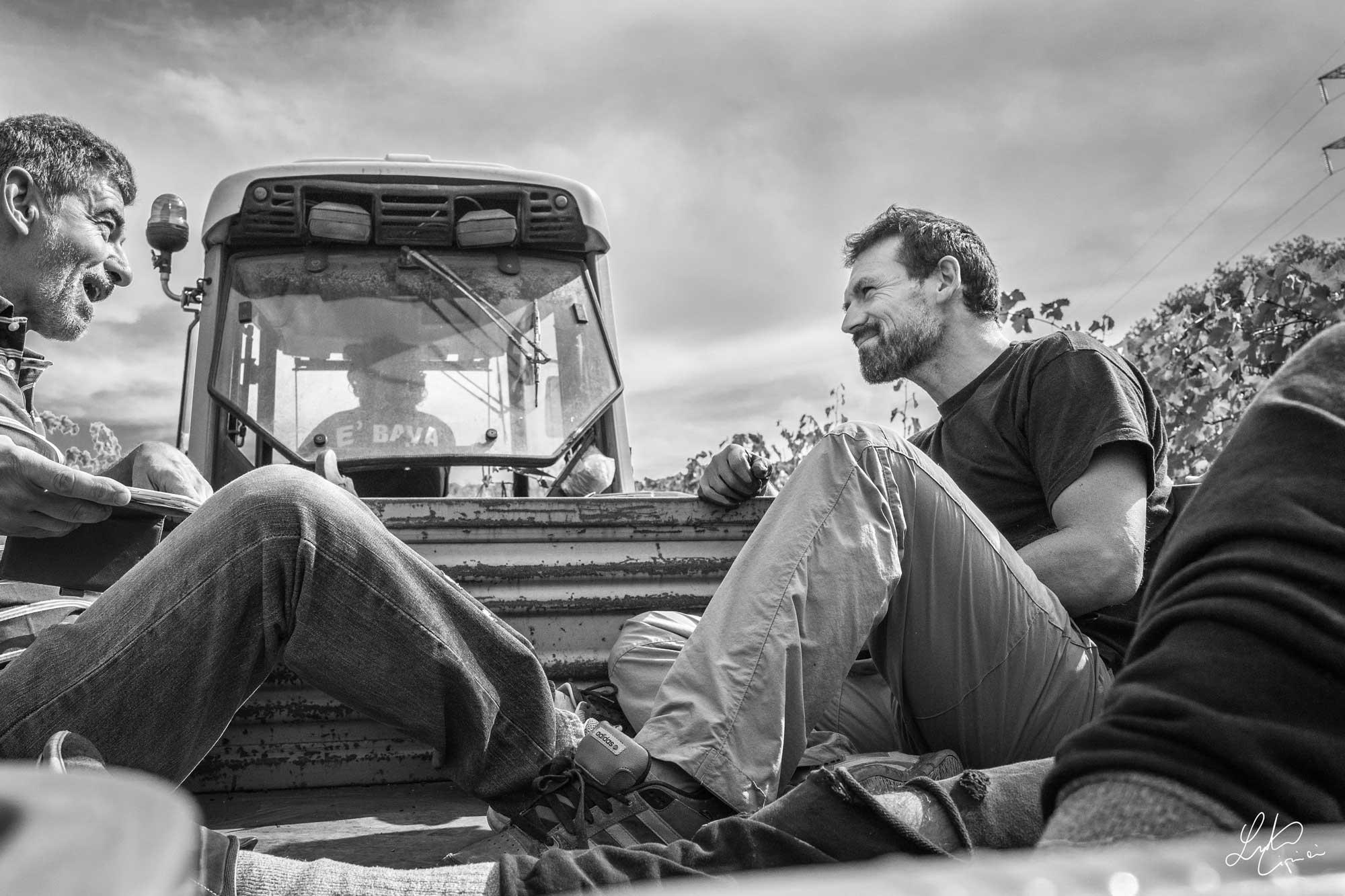 persone sedute su trattore