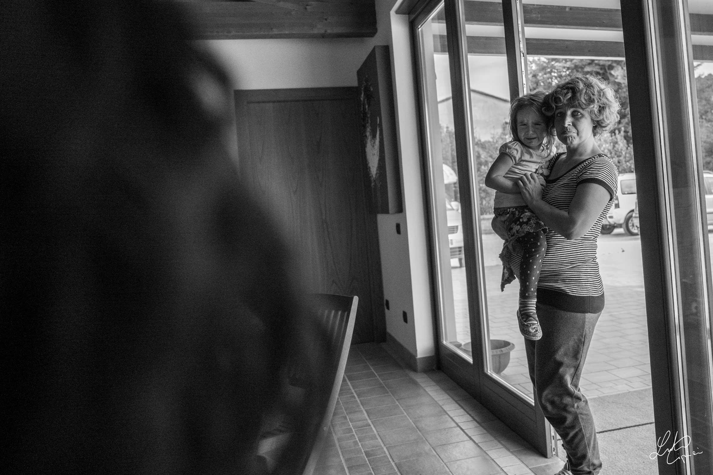 donna con bambina in braccio