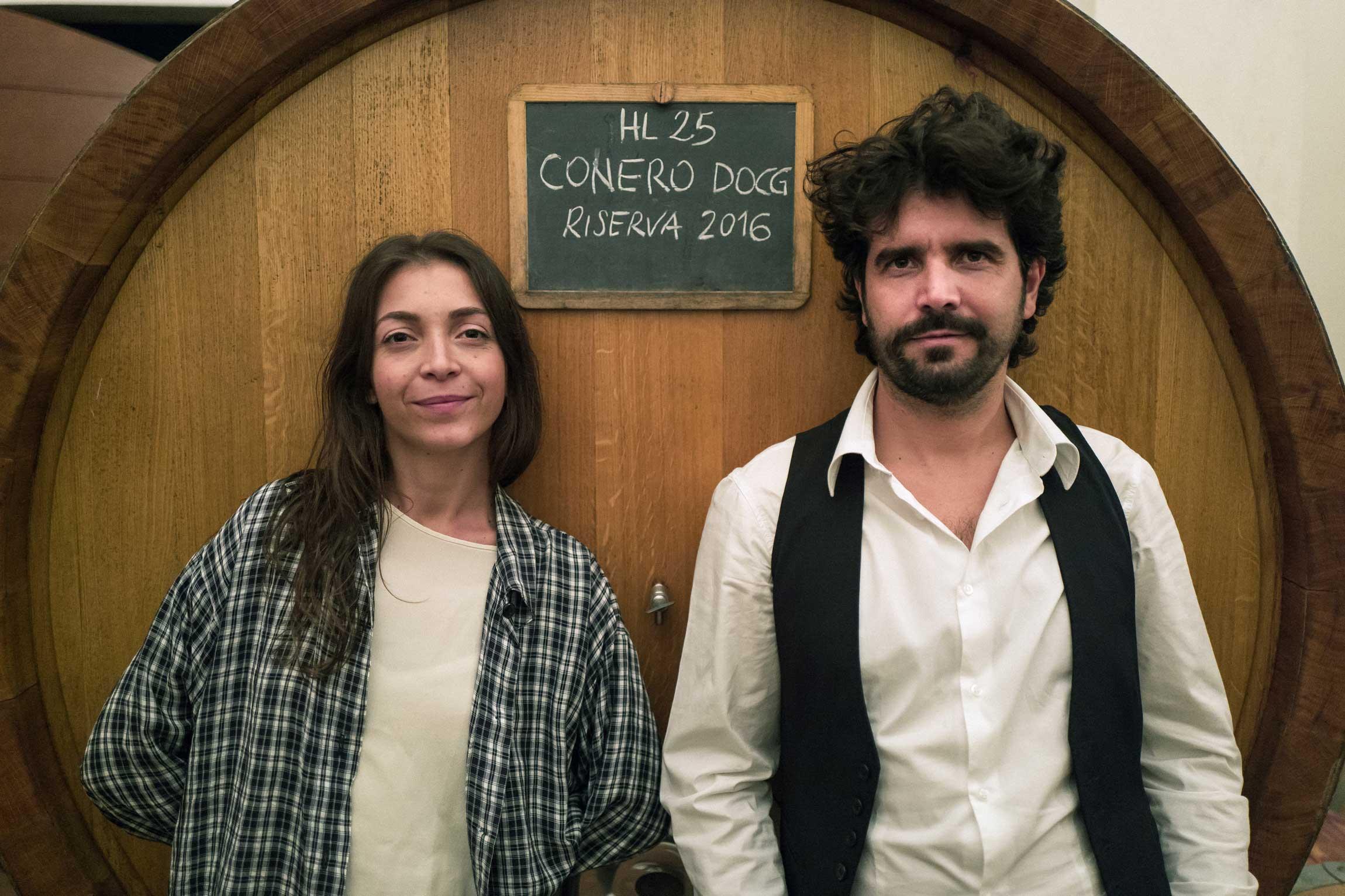 Paolo ed Eleonora con dietro botte di vino