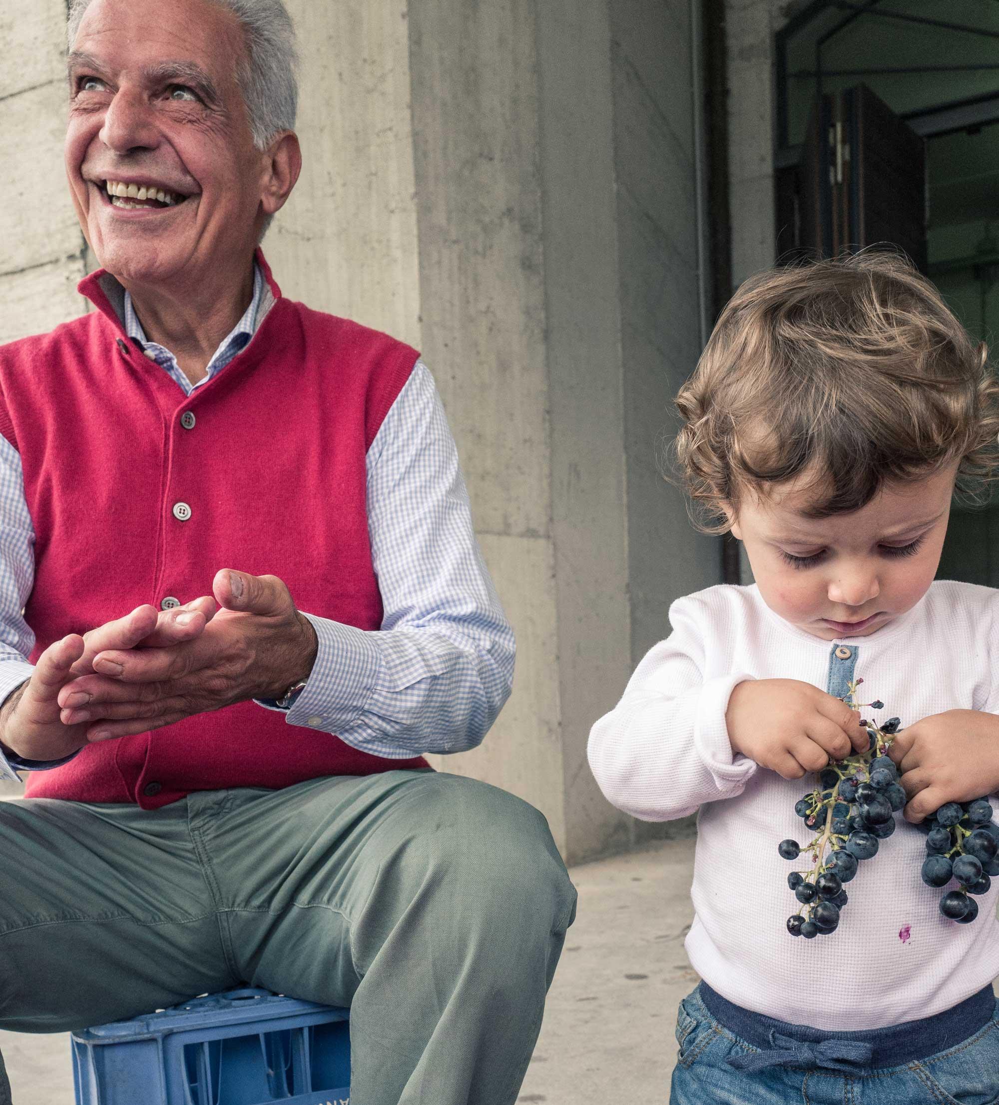 nonno e nipote con uva in mano